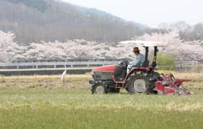 トラクターを運転する農家