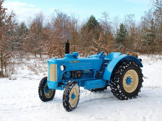 雪の中のトラクター