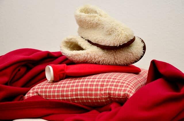 暖かいブーツと湯たんぽと枕