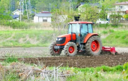 畑を耕すトラクター