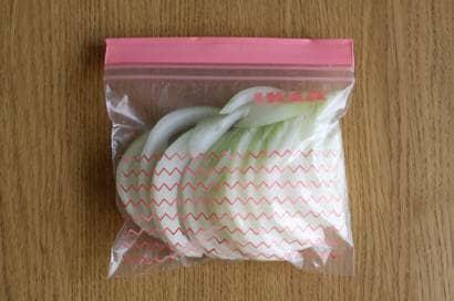 スライスした玉ねぎを袋で保存