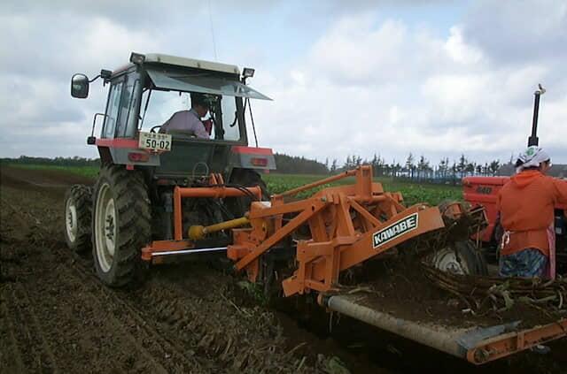 農機を使用したゴボウの収穫作業