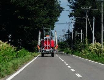 公道を走るトラクター