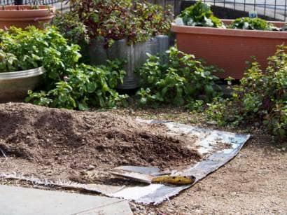 シートの上に土を広げる