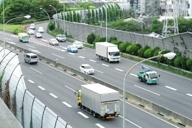 道路を走るトラック