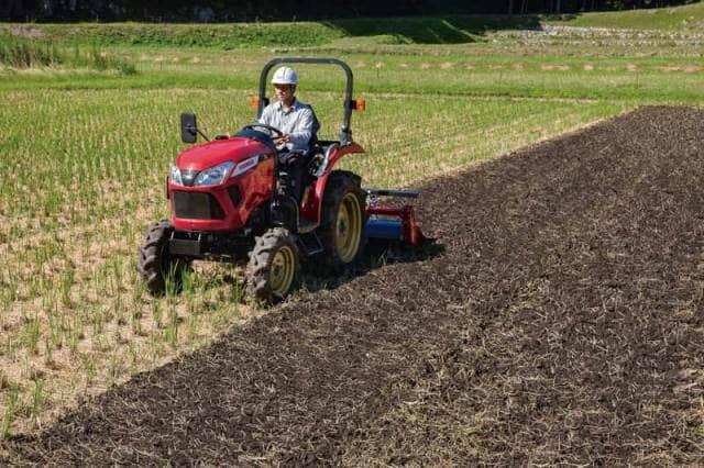 畑を走るトラクター