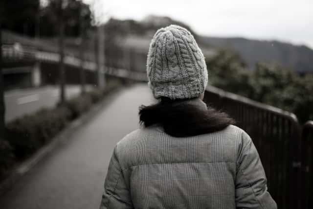 ダウンコートを着た女性の後ろ姿