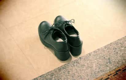 玄関に置かれた革靴