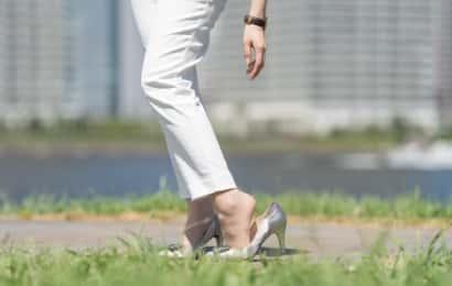 靴擦れが気になる女性