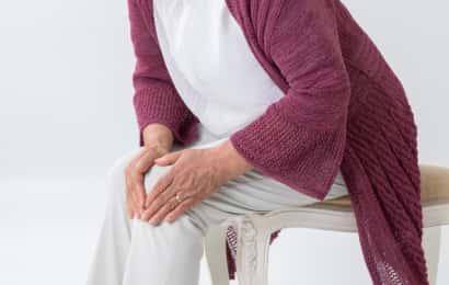 膝が痛い高齢女性