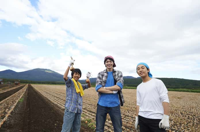 農業をする若者