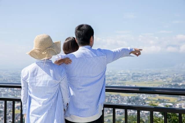 高台にいる家族