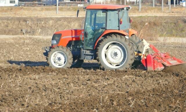 トラクター、耕起作業