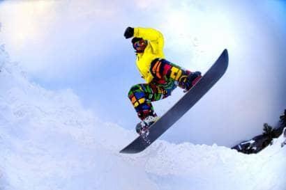 スノーボードをしている様子