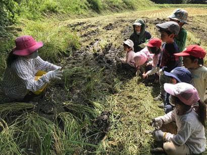 草刈りと子どもたち