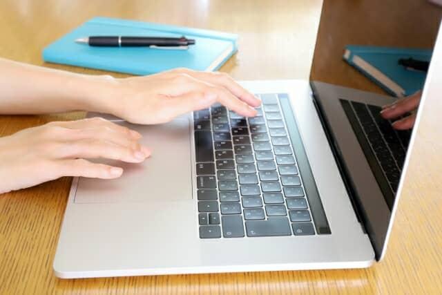 PCに触れる手
