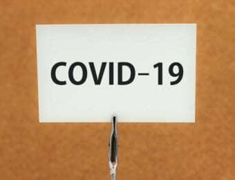 COVID-19と書かれたカード