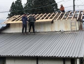 屋根を修理する男たち