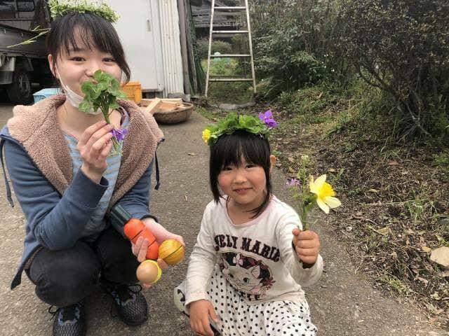 お花を持つ女の子2人
