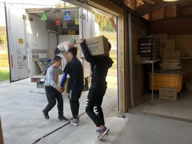 荷物を運ぶ少年たち