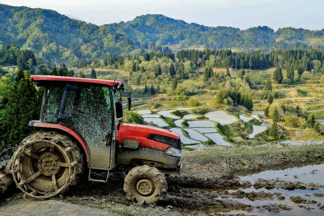 泥まみれになったトラクター