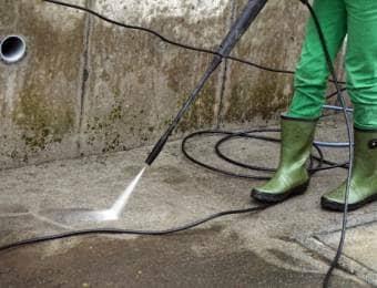 高圧洗浄機で掃除する