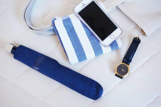 折りたたみ傘と携帯と時計