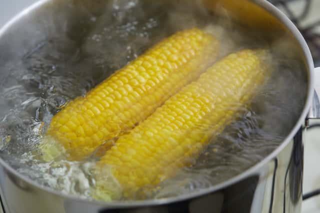 調理中のトウモロコシ