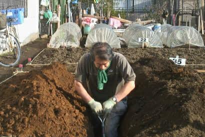 スコップで、穴(溝)を掘る