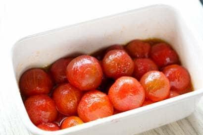 ホーローの容器に入ったミニトマト