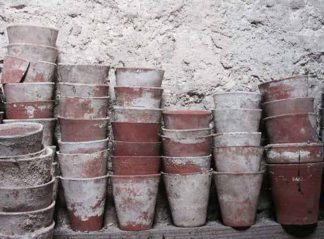 積み重なった植木鉢