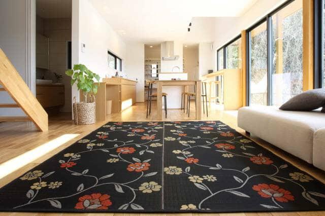 花茣蓙のラグが敷かれた室内