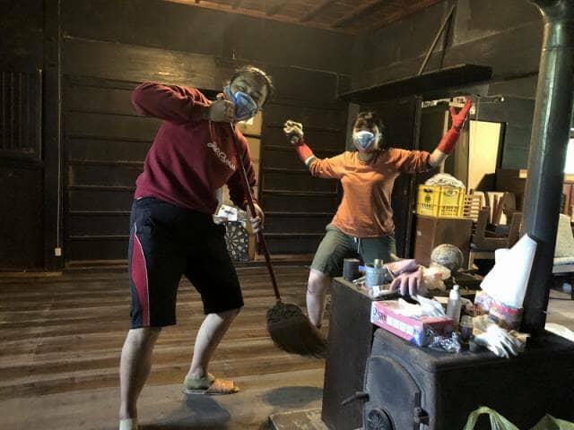 農家の家の中の掃除をする女性2人