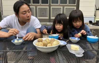 採れたてのジャガイモのオーブン焼きをほおばる女子たち