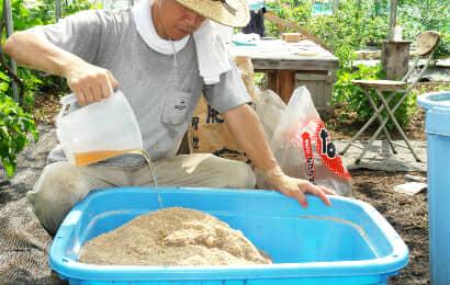 バケツの中の米ぬかに水をかける