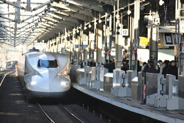 京都駅に着く新幹線