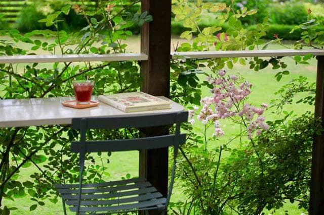 机のある美しい庭