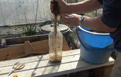 ベットボトルに乾燥した米ぬかぼかし肥料を入れる