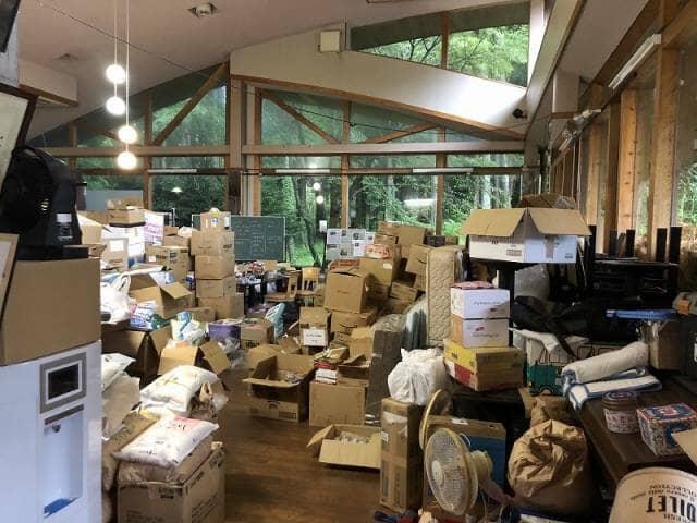 部屋の中のたくさんの救援物資