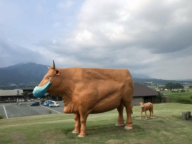マスクをした牛のモニュメント