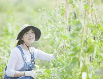 畑で微笑む女性