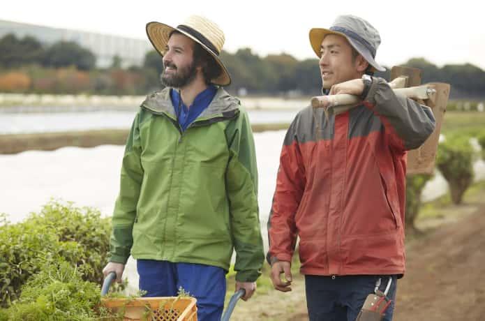 農業をする二人の男性