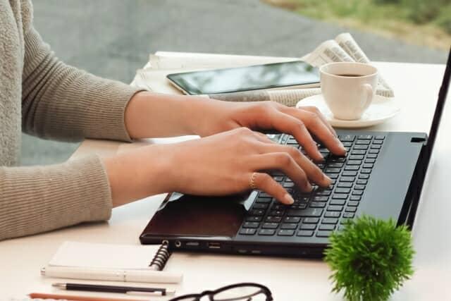 パソコンを触る女性の手元