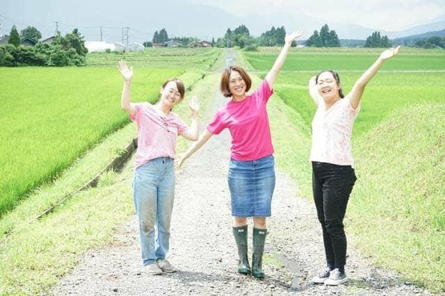 農道で笑う女性3人