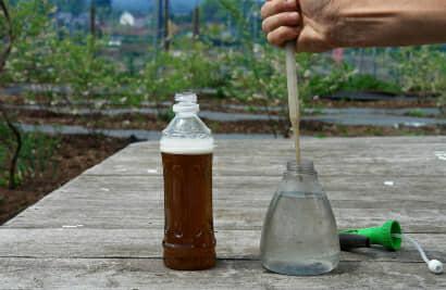 木酢液をスプレーの水にスポイトで入れる