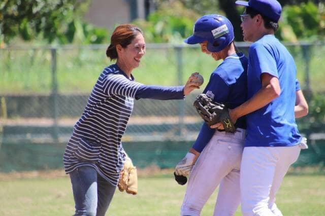 ボールを持った女性と野球選手