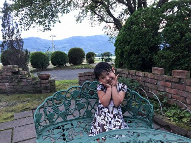 ガーデンでほほえむ女の子