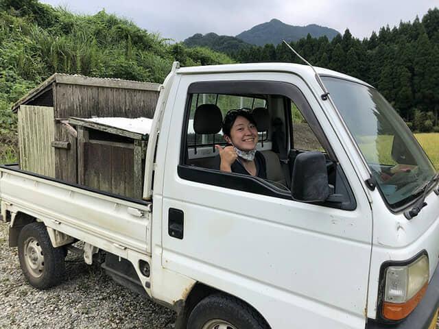 軽トラックに乗った女性