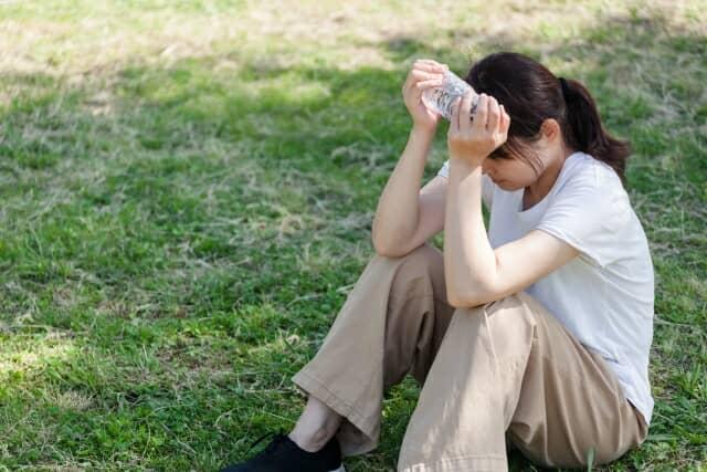 木陰で休む女性