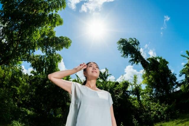 直射日光の下にいる女性